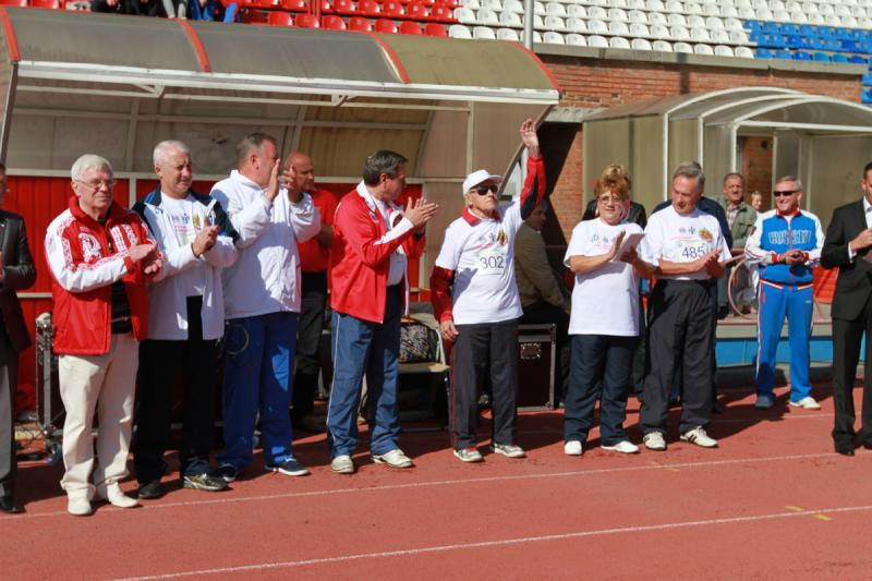 Участников фестиваля приветствует ветеран спорта, старейший житель Новосибирска 102-летний Александр Александрович Каптаренко.