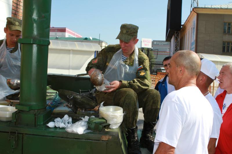 Какой же праздник без угощения? Пожалуйста, для всех - солдатская гречневая каша с мясом...