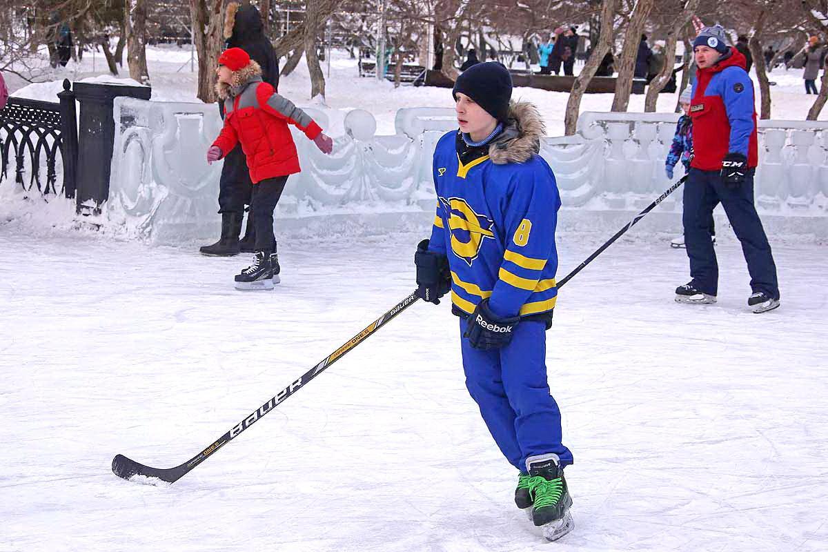 Мастер-класс хоккеистов на городском катке.