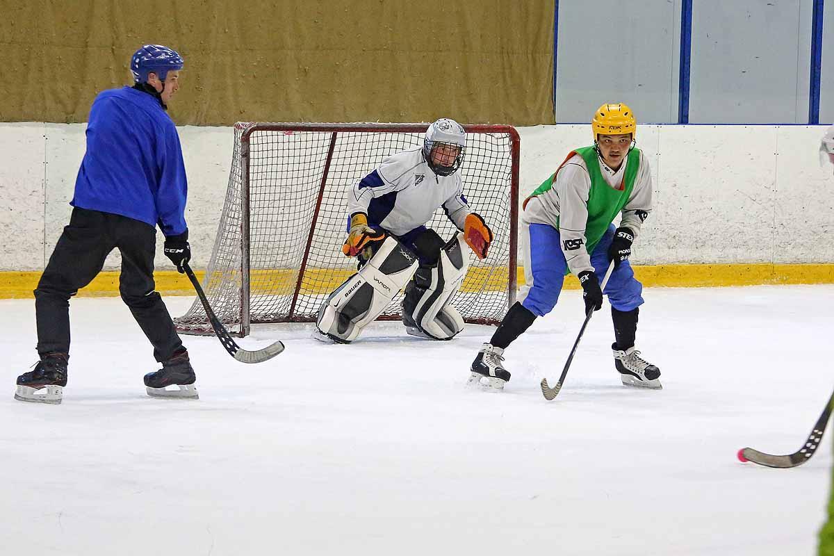 Соревнования по мини-хоккею с мячом.