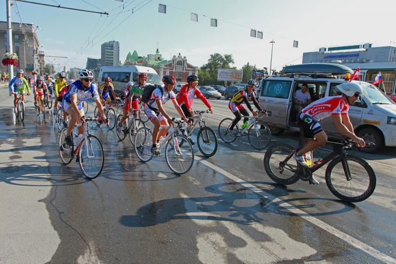 Всю дорогу велогонщиков сопровождает группа поддержки на пяти микроавтобусах: механики, врачи, повар, съемочная группа.