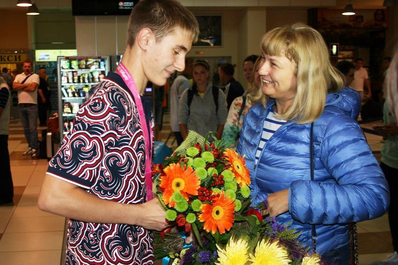 Поздравляет Алла Жданова, директор СДЮШОР Центр по фехтованию.