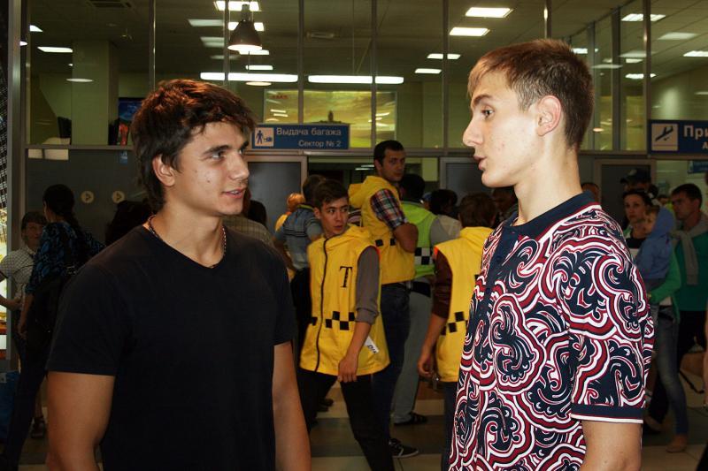 Какая встреча! В Толмачево случайно встретились победитель I юношеских Олимпийских Игр в Сингапуре в 2010 году Антон Лобанов (плавание), который в это же утро возвращался из Берлина с чемпионата Европы по водным видам спорта и победитель II юношеских Олимпийских игр Иван Ильин.